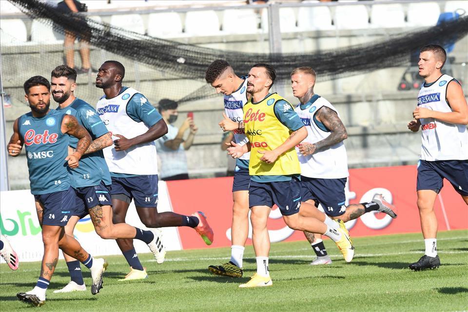 Napoli, brusca frenata sul fronte cessioni |  Sport e Vai