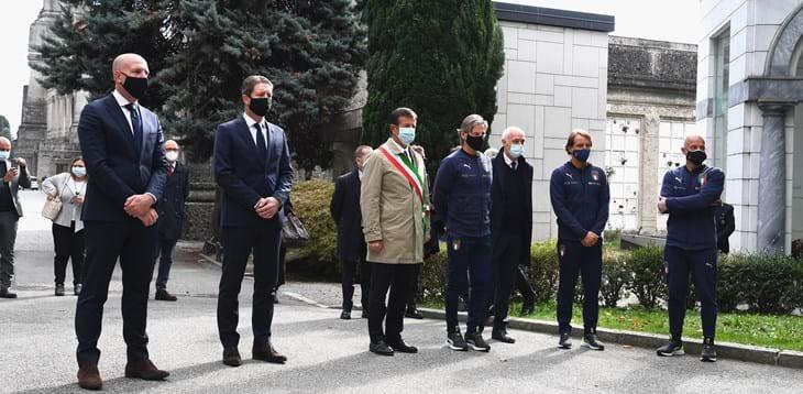 Commovente omaggio della nazionale al cimitero di Bergamo |  Sport e Vai