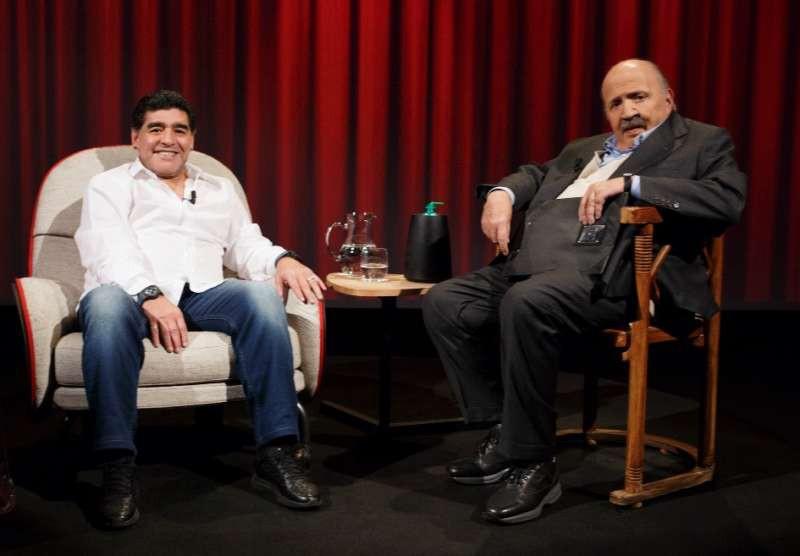 Maradona, stasera l'ultima intervista di Diego a Costanzo |  Sport e Vai