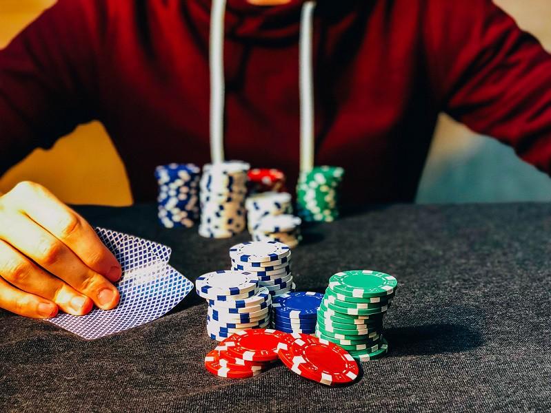 Il mondo del poker si ferma per il Covid, ma cresce il poker online |  Sport e Vai