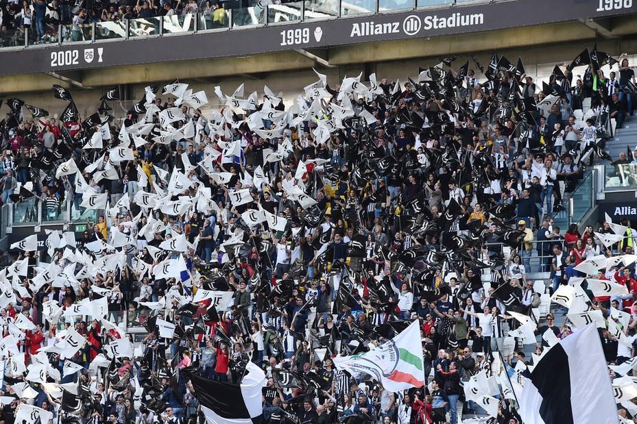 Tifosi Juve non cambiano bersaglio: Basta |  Sport e Vai