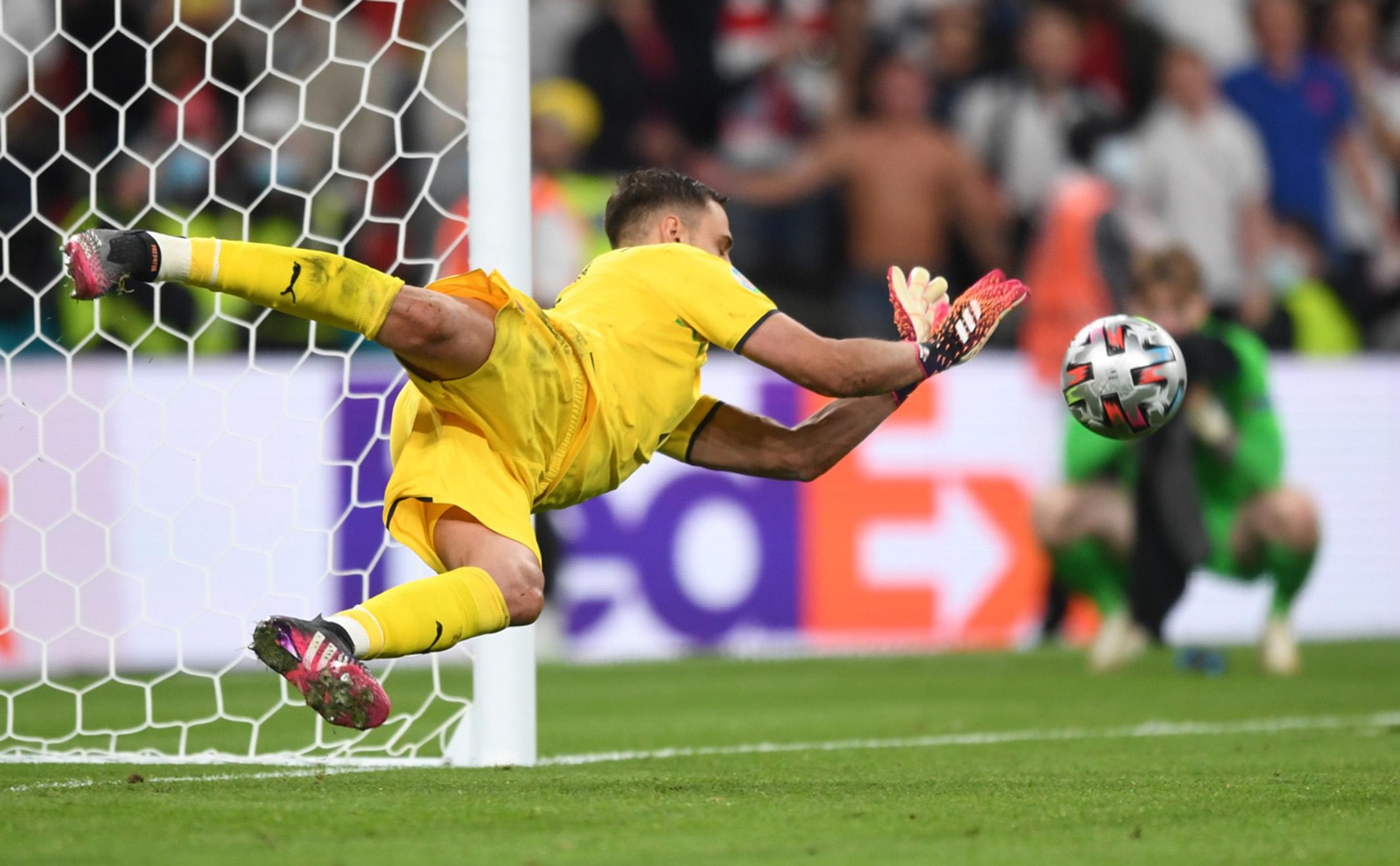 L'aspra risposta di Donnarumma ai tifosi del Milan fa discutere |  Sport e Vai