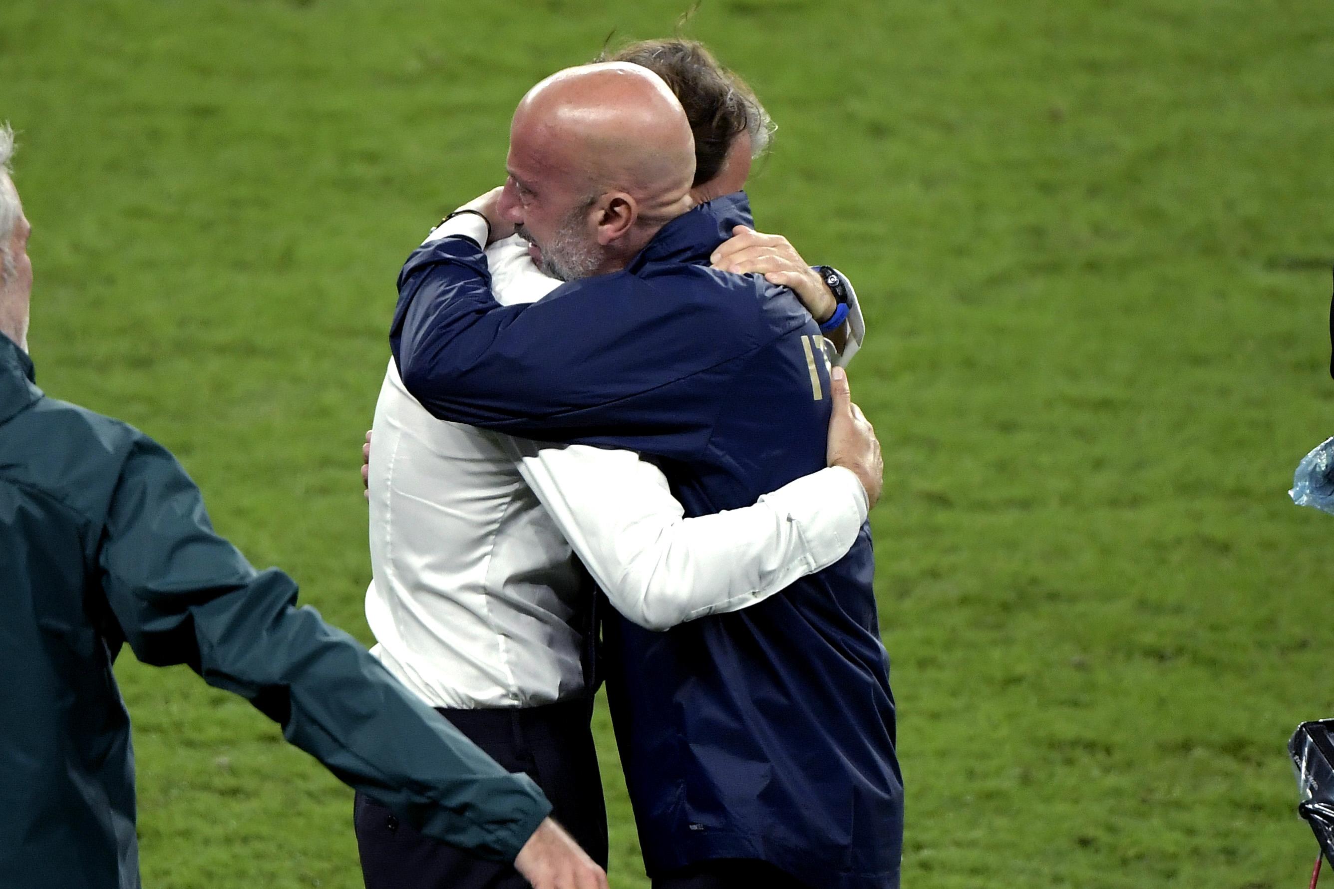 Mancini-Vialli: Tifosi commossi per l'abbraccio del cuore |  Sport e Vai