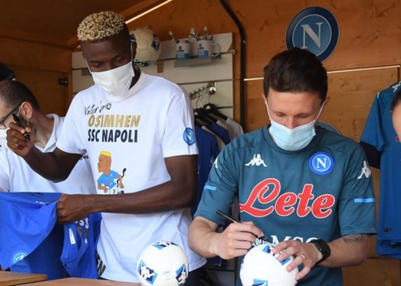 Napoli, giornata di autografi ma i tifosi non perdonano |  Sport e Vai